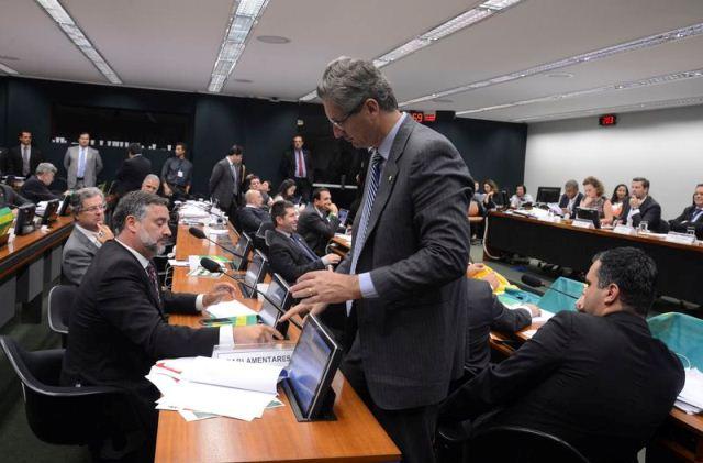 Brasília - A comissão especial da Câmara, que analisa o pedido de impeachment da presidenta Dilma Rousseff, discute o parecer do relator Jovair Arantes (Valter Campanato/Agência Brasil)