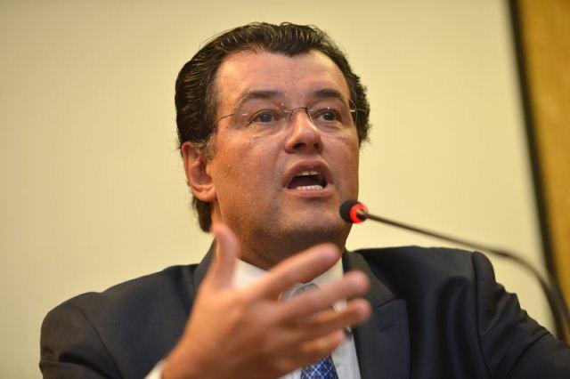 BRASÍLIA, DF, BRASIL, 25-02-2016 - O ministro de Minias e Energia, Eduardo Braga, anuncia em coletiva a mudança da bandeira tarifária. (Foto: Fabio Rodrigues Pozzebom/Agência Brasil)