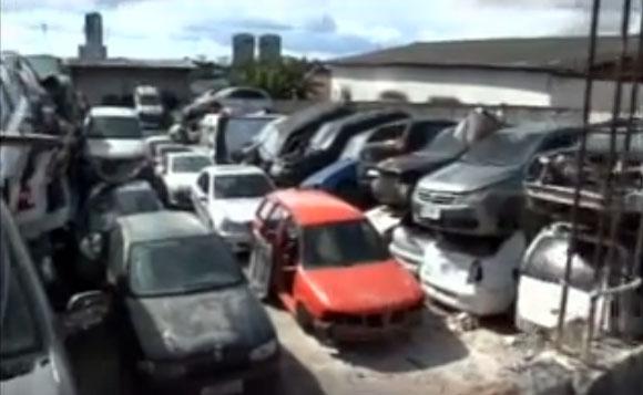 Terreno alugado por quase R$ 1,5 milhão por ano serve apenas como depósito de carcaças de carros (Foto: Reprodução)