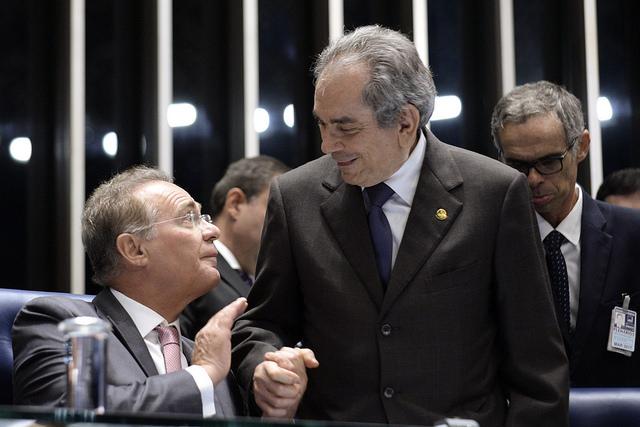 O presidente do Senado, Renan Calheiros, cumprimenta o presidente da Comissão do Impeachment, Raimundo Lira (Foto: Jefferson Rudy/Agência Senado)