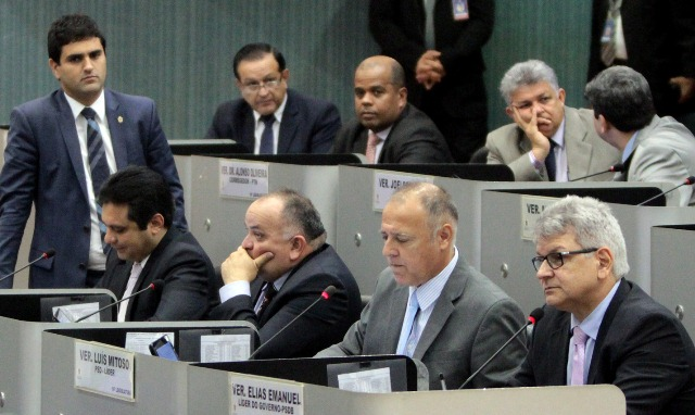 MANAUS, 13/06/16 PLENARIO ADRIANO JORGE, CAMARA DOS VEREADORES DE MANAUS. NA BANCADA, HIRAM NICOLAU (PSD), AMAURI COLARES (PRB), WALFRAN TORRES (PTN), ALONSO OLIVEIRA (PTN), JOELSON SILVA (PSC), ELIAS EMANUEL (PSDB), LUIS MITOSO (PSD), FRANCISCO DA JORNADA (PSD), ALVARO CAMPELO (PP). FOTO: TIAGO CORREA / CMM