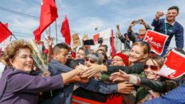 Campinas - SP, 09/06/2016. Presidenta Dilma Rousseff cumprimenta populares durante Visita às obras da Nova Fonte de Luz Sincrotron – Projeto Sirius. Foto: Roberto Stuckert Filho/PR