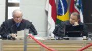 O desembargador João Simões (à esquerda) lê o voto de 150 páginas (Foto: Rosiene Carvalho)