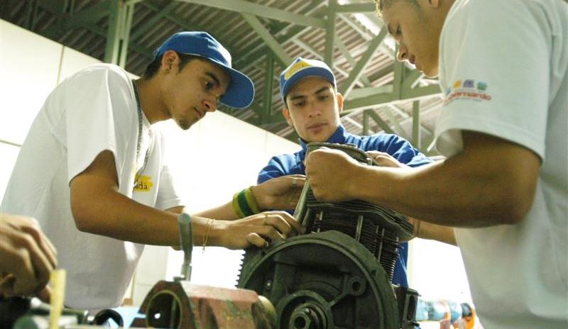 Emprego cresce entre trabalhadores menos escolarizados, revela o Ipea