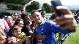 Jogadores posaram para selfies com torcedores em treino descontraído, nessa sexta-feira (Foto: CBF/Divulgação)