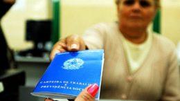 Trabalhador precisa apresentar a Carteira de Trabalho para sacar o benefício (Foto: ABr/Divulgação)