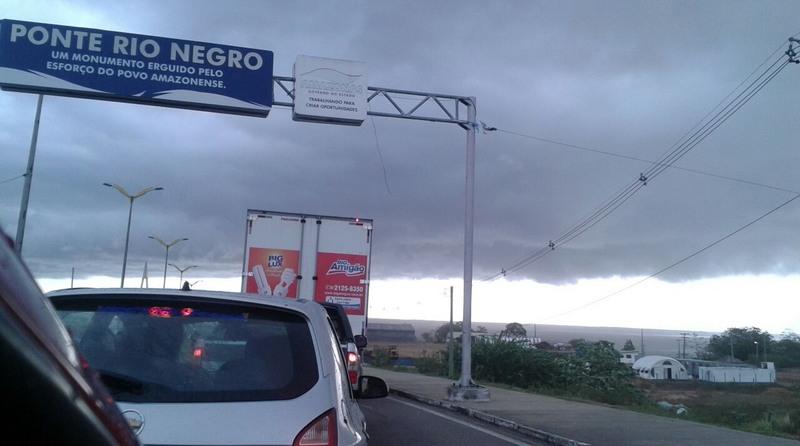 Chuva teve ventos fortes que diminuiu visibilidade na Ponte Rio Negro (Foto: Sérgio Fonseca Jr.)