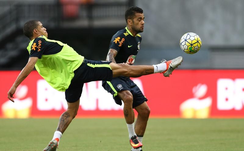 CBF confirma que lateral Daniel Alves está fora da Copa do Mundo na Rússia