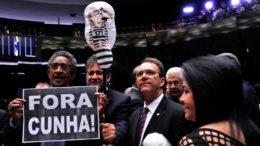 Deputados do PT exibem boneco de Eduardo Cunha no plenário da Câmara (Foto: Luis Macedo/Câmara dos Deputados)