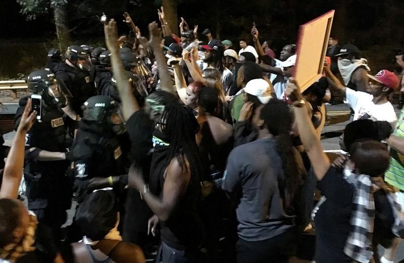 Manifestantes saíram as ruas e fizeram violentos protestos contra morte de negro (Foto: DN.com/Divulgação)