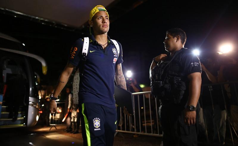 Neymar ao chegar ao hotel, em Manaus, na madrugada desta sexta-feira (Foto: Lucas Figueiredo/CBF)