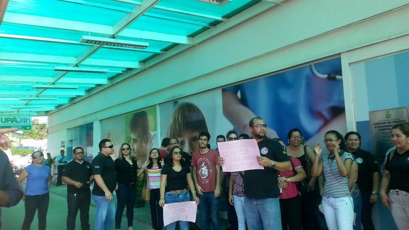 Ex-funcionários protestaram e cobraram pagamento de salários atrasados (Foto: Divulgação)