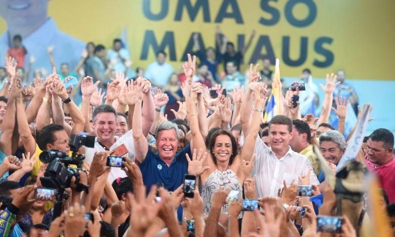 Arthur comemora na Arena 45 a vitória nas urnas neste domingo (Foto: Chico Batata)