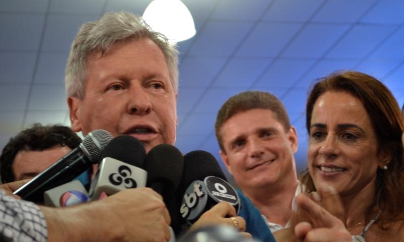Arthur concedeu entrevista coletiva ao lado do vice, Marcos Rotta, e da mulher, Elizabeth Valeiko (Foto: Valmir Lima)