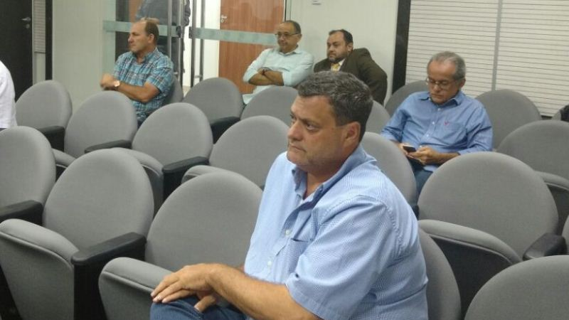 Bruno Ramalho (primeiro plano) e Raimundo Chicó (ao fundo à esquerda) tentam no TRE validar os votos que receberam nas urnas (Foto: Rosiene Carvalho)
