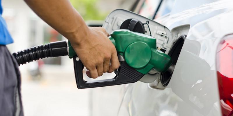 Preço da gasolina cai nas refinarias, mas resiste para o consumidor nos postos