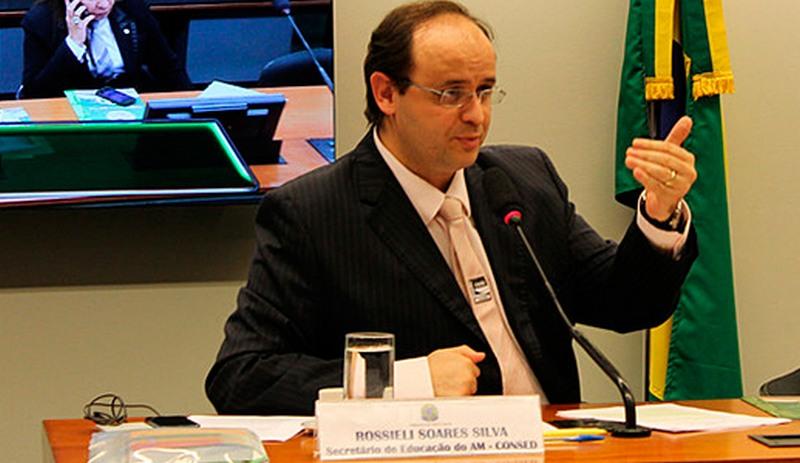Enquanto TCE condena Rossieli, MEC o agracia com medalha do mérito