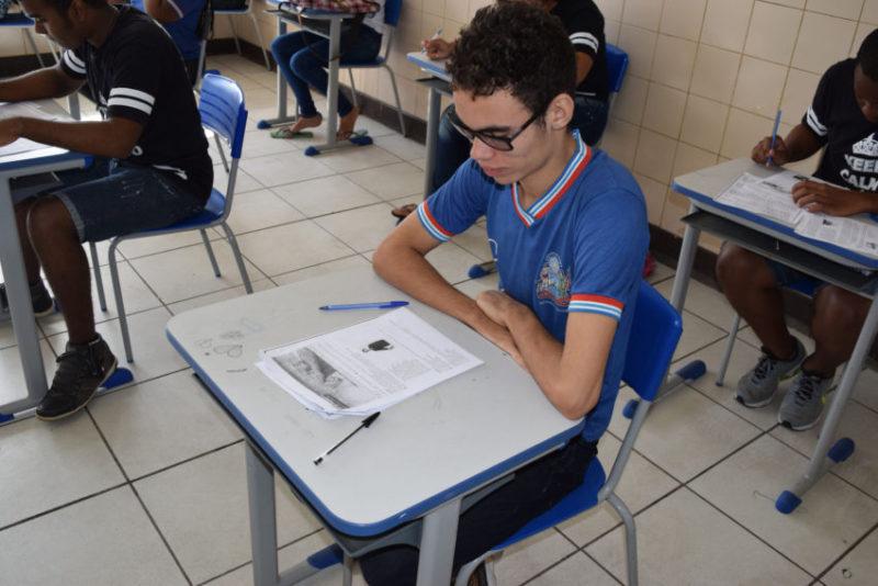 """Salvador- BA- Brasil- 25/07/2016- As escolas estaduais estão intensificando as atividades na preparação dos estudantes para o Exame Nacional do Ensino Médio (Enem), que acontece 5 e 6 de novembro deste ano. No Colégio Estadual Ruben Dário, no bairro de San Martin, em Salvador, a semana será de simulados. Para abranger todas as áreas do conhecimento, as provas começaram nesta segunda-feira (25) e prosseguem até quinta (28), oportunizando aos alunos do 3º ano do Ensino Médio e da Educação Profissional vivenciar situações semelhantes às do dia da avaliação. Com o sonho de cursar Medicina, Leonardo Alves, 17 anos, destaca que o simulado contribui para aumentar a sua confiança. """"Podemos avaliar nosso conhecimento e rever os pontos que precisamos melhorar. Também temos o apoio dos professores, que são bastante solícitos. Por meio de grupos online, realizamos uma troca de temas e assuntos que estão em mais evidência no momento. Isso nos deixa ainda mais preparados"""". Entusiasmado com a possibilidade de cursar Engenharia Química, Wallace Santos, 18, afirma que o aluno não pode se contentar apenas com o que aprende na sala de aula. """"Estamos tendo a oportunidade de aperfeiçoar o nosso conhecimento com diversas atividades. Além da escola, os colegas se reúnem em grupos de estudo para podermos já obter, nos simulados, um bom resultado, nos capacitando a realizar uma boa prova do Enem"""". O professor de Língua Portuguesa, Antônio Almeida, diz que o suporte da unidade escolar é fundamental para o bom desempenho do estudante. """"Fazemos um trabalho sempre visando o que é aplicado no exame. Com certeza, estas atividades dão uma maior oportunidade aos nossos alunos e os estimulam a concorrer em situação de igualdade com qualquer candidato. Além do simulado, a escola realiza as Olimpíadas de Matemática e Português, assim como o Clube de Leitura, desenvolvendo a interpretação de texto"""". A Secretaria da Educação disponibiliza par"""