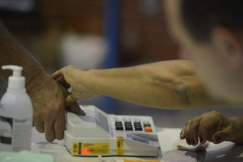 Rio de Janeiro - Manhã de votação com urnas biométricas, no Colégio Itapuca, em Niteroi. (Tânia Rêgo/Agência Brasil)