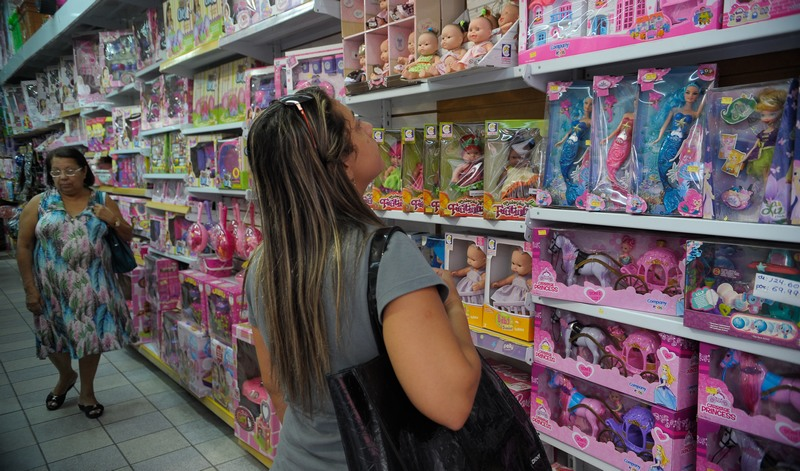 Brasileiros mudam hábitos e reduzem compras com a crise, revela pesquisa