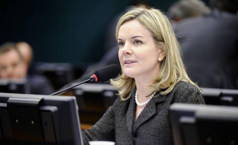 'Bolsonaro fala mal do PT para não falar do Queiroz', diz Gleisi