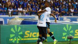 Pedro Rocha I(de costas) fez dois gols na vitória do Grëmio sobre o Galo (Foto: Lucas Uebel / Grêmio FBP)