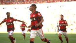 Guerrero marcou um dos gols da vitória do Flamengo. Diego, o outro (Foto: Gilvan de Souza/Flamengo/Divulgação)