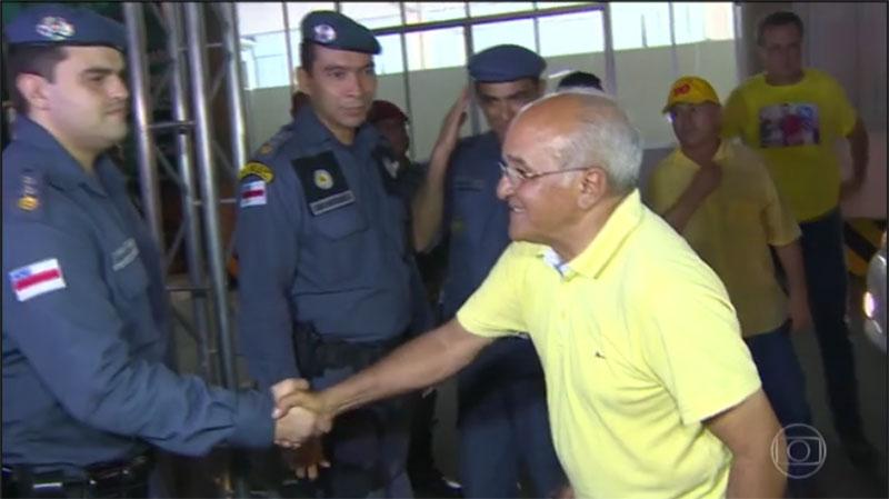 Governador José Melo cumprimenta policiais militares depois do resultado das eleições, em 2014 (Foto: Reprodução/TV Globo)