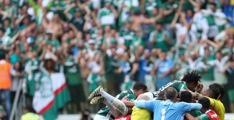 O jogador Fabiano, da SE Palmeiras, comemora o seu gol contra a equipe da A Chapecoense F, durante partida válida pela trigésima sétima rodada, do Campeonato Brasileiro, Série A, na Arena Allianz Parque.
