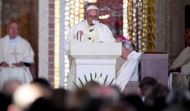 Papa pede perdão por abusos sexuais cometidos por padres