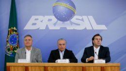 Em entrevista coletiva, os chefes do Legislativo e Executivo anunciaram a decisão de barrar a tramoia que vinha sendo costurada no Congresso Nacional (Foto: Beto Barata/PR)