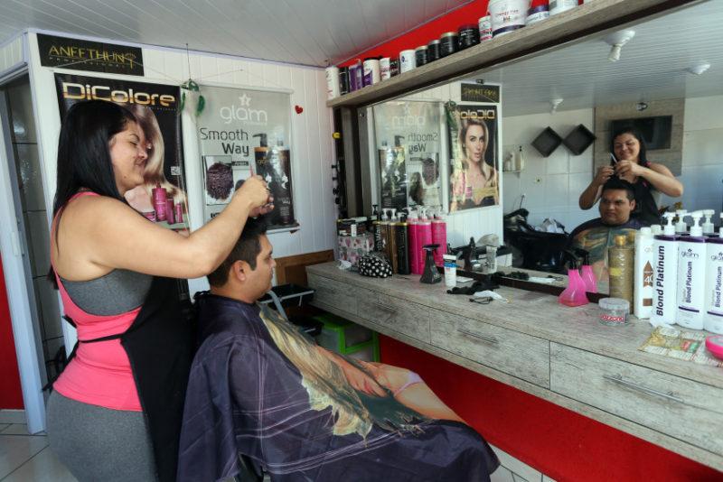 Elisana Lopes de Oliveira, trabalha como cabeleireira há 15 anos e vive com o marido, o índio da etnia kaingang Carlos Ubiratan dos Santos, na aldeia indígena Kakané Porã, no bairro Campo de Santana, ao sul da cidade. Curitiba, 28/03/2016. Foto: Orlando Kissner/ANPr