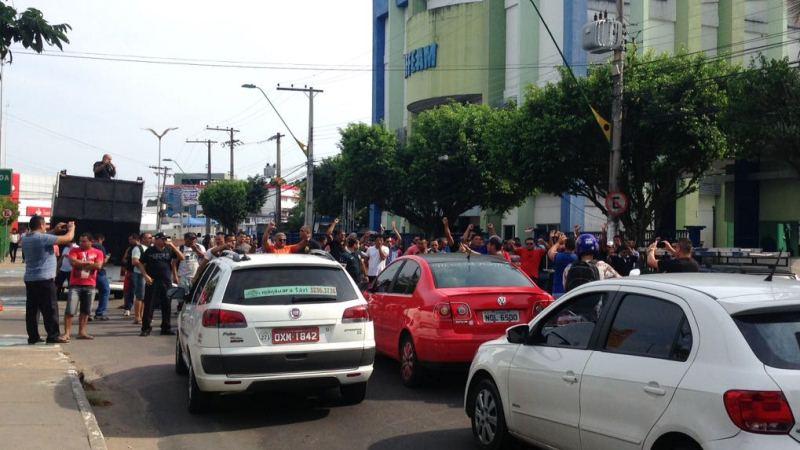 Vigilantes da Visam fecharam a pista da Rua Franco de Sá, ao lado da Sefaz, para cobrar o pagamento de salários (Foto: Maria Derzi)