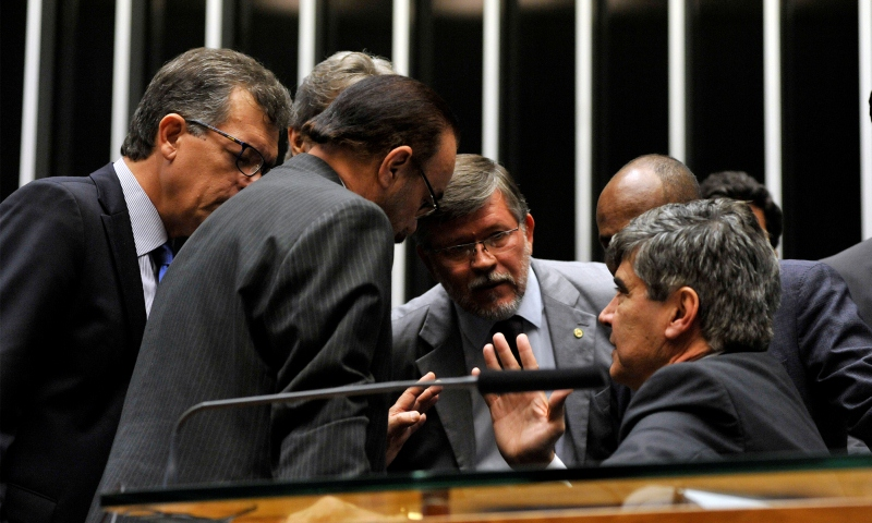 Votação do pacote de medidas anticorrupção foi resultado de muita conversa de pé de ouvido (Foto: Luis Macedo/Câmara dos Deputados)