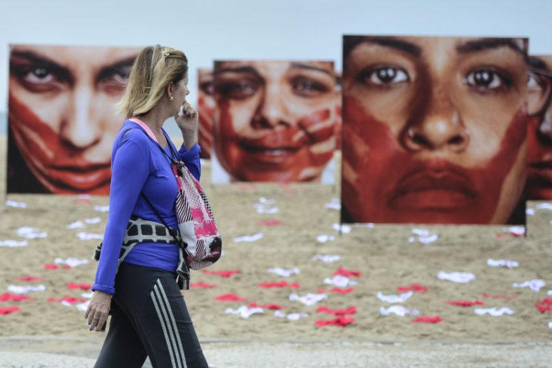Rio de Janeiro - A ONG Rio de Paz promove, na Praia de Copacabana, ato público contra o abuso sofrido pelas mulheres. Durante a manifestação, 420 calcinhas estendidas na areia, representam a quantidade de mulheres estupradas a cada 72 horas no Brasil. (Tânia Rêgo/Agência Brasil)