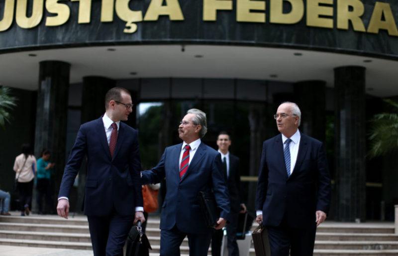 24/11/2016- Curitiba- PR, Brasil- Advogados do ex-presidente Lula após depoimento de Nestor Cerveró, no Tribunal de Curitiba. Foto: Filipe Araújo.