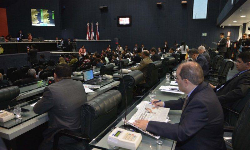 Os deputados da base aliada defenderam o governo, mas tiveram que ouvir críticas da oposição (Foto: Danilo Mello/ALE)