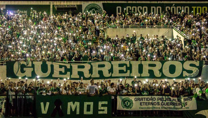 População lotou estádio para homenagear atletas e jornalistas mortos (Foto: Daniel Isaia/Agência Brasil)