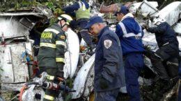 Equipes de resgate ainda buscam corpos e recolhem destroços (Foto: Departamento de Polícia de Antioquia/Divulgação)