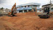 Buraco em canteiro de obra foi aterrado para evitar novo deslizamento (Foto: Altemar Alcântara/Semcom)