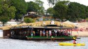 Bar flutuante fica na Praia Dourada, com acesso por terre e pelo rio Negro (Foto: Divulgação)
