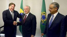 Wilson Périco cumprimenta o presidente Michel Temer após reunião no Palácio do Planalto (Foto: Divulgação/Cieam)