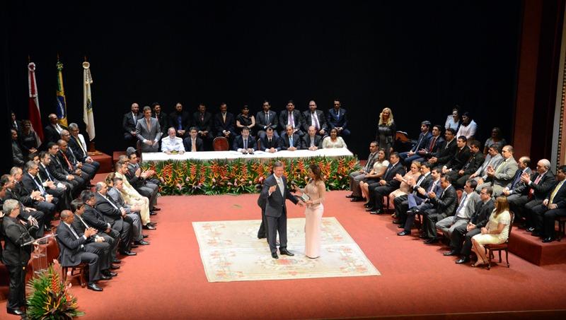 O prefeito de Manaus, Arthur Virgílio Neto, e os vereadores tomaram posso no Teatro Amazonas (Foto: Robervaldo Rocha/CMM)