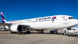 O tiro de fuzil atingiu Boeing modelo 767-300 (Foto: Divulgação/Latam)