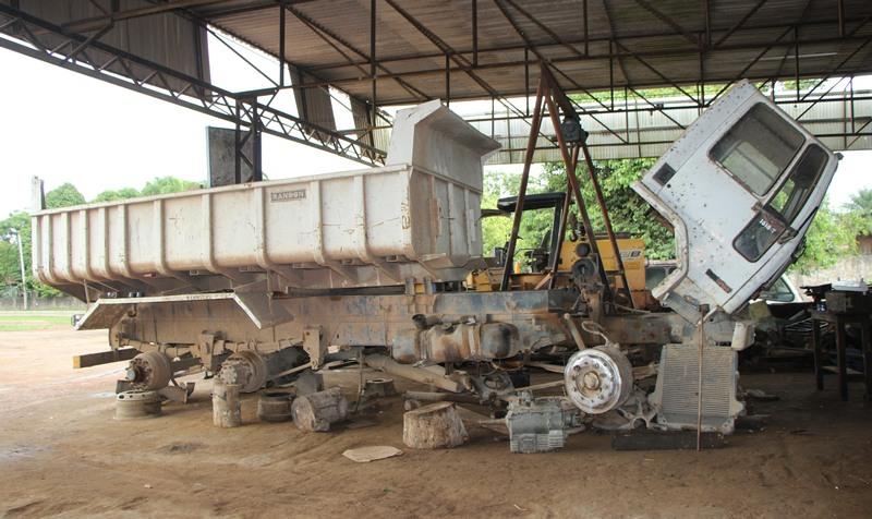 Caçamba teve motor e peças retiradas, segundo fiscalização da prefeitura