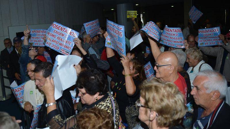 Aposentados pressionam pela votação da MP que mantém as atuais normas para o reajuste do salário mínimo entre 2016 a 19. A MP foi modificada e estendeu o reajuste aos aposentados (Fabio Rodrigues Pozzebom/Agência Brasil)