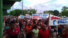 Manifestantes se reuniram na área central da sede do município nesta sexta-feira (Foto: Divulgação)