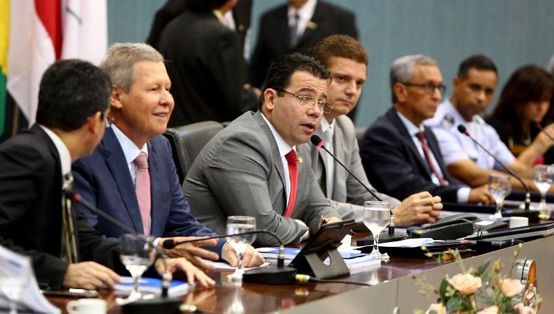 O prefeito Arthur Virgílio Neto, o presidente da CMM, Wilker Barreto e o vice-prefeito Marcos Rotta (Foto: Tiago Corrêa/CMM)