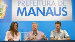 Ao lado da primeira-dama, Elizabeth Valeiko, e do vice-prefeito Marcos Rotta, Arthur Neto anuncia o novo valor da tarifa (Foto: Alex Pazuello/Semcom)