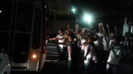 Estudantes protestam na Avenida Constantino Nery por falta de ônibus na volta pra casa nesta quinta-feira (Foto: Reprodução)